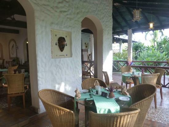 Pinewood Beach Resort & Spa: Restaurant - Terrace