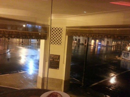Vue depuis le grand comptoir le soir ( 1er étage )