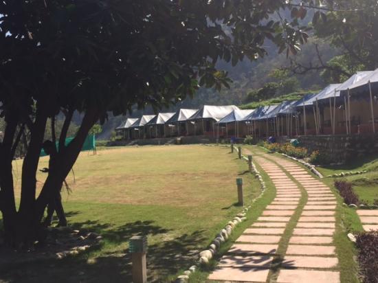 VNA Resort & Camp: Walkway towards the tents