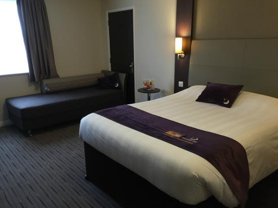 Premier Inn Wrexham Town Centre Hotel: Room