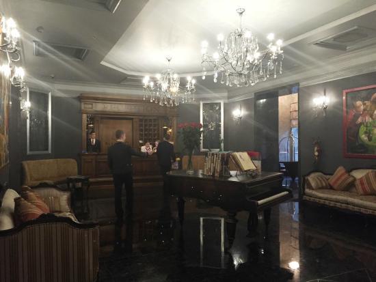 ALFAVITO HOTEL : グランドピアノを取り囲むようにソファーが用意されたロビー