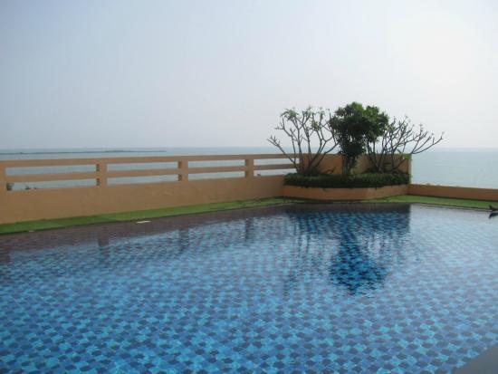 FuramaXclusive Sandara Hua Hin: Piscine au 6 ième, étage avec vue sur la mer