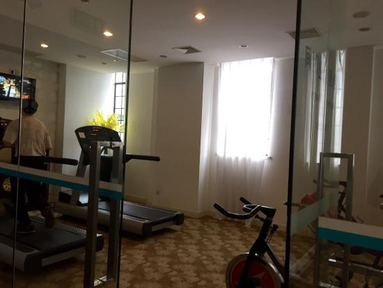 Jinjiang MetroPolo Hotel Classiq Shanghai Peoples' Square: Small gym but equipments are new.