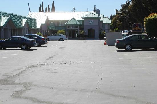 Best Western Silicon Valley Inn: 駐車場からホテルフロントの眺め
