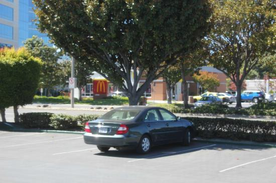 Best Western Silicon Valley Inn: ホテルの無料駐車場 向かいにはマクドナルドが。