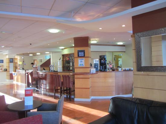 Holiday Inn Express Cardiff Bay: Reception & bar area