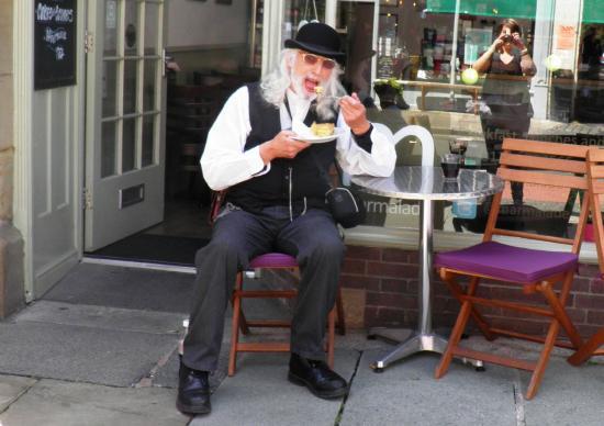 Marmalade : Alfresco eating during a performance break!