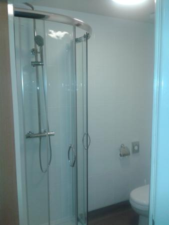 The Waterfront Hotel: Ensuite shower room