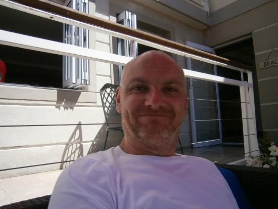 Bantry Bay Suite Hotel : Relaxing in the poolside garden