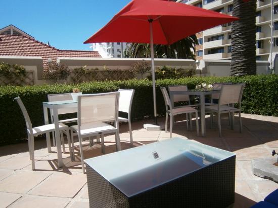 Bantry Bay Suite Hotel : Lovely poolside garden
