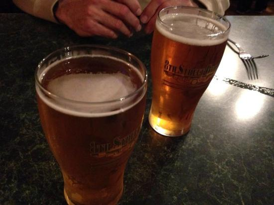 8th Street Grille: Great beer selection!