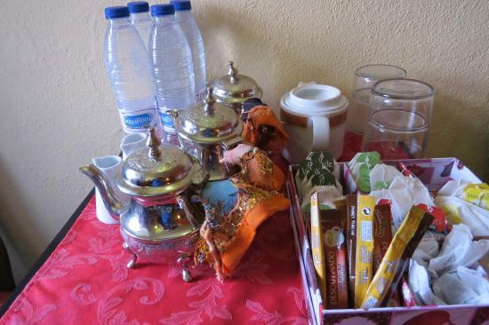Hotel Molino del Puente Ronda: sitting room with tea,coffee and goodies