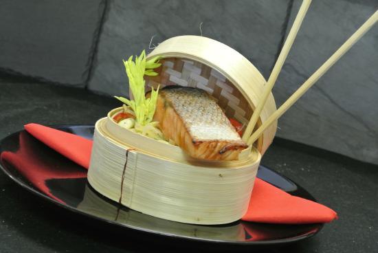 L'Escapade: Wok de légumes croquants, saumon mariné gingembre-soja