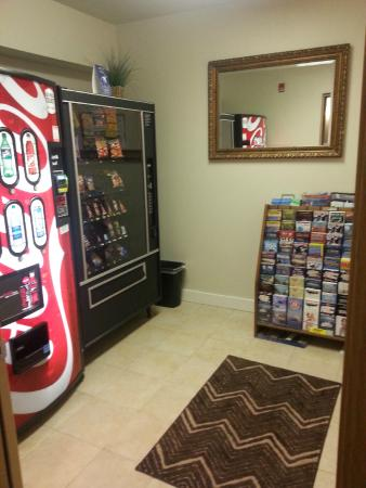 Days Inn and Suites Sequim: Vending Area