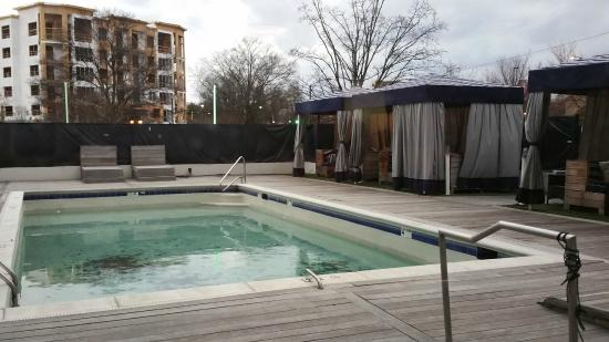 Sheraton Charlotte Hotel: UNinviting pool