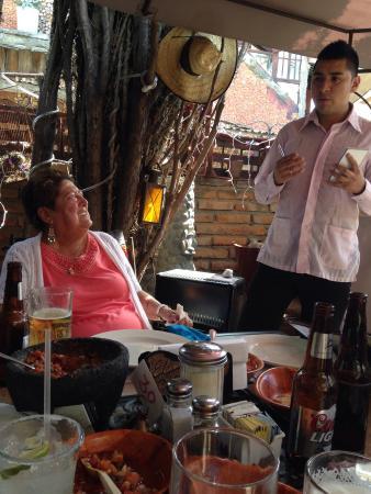 En Tapanco poniendo atención a las recomendaciones del mesero