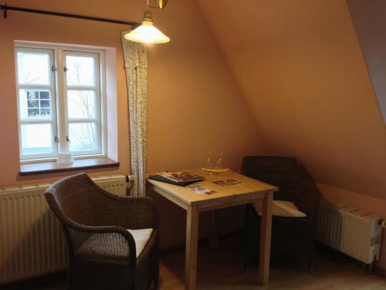 Hexenhaus: Sitzbereich des Zimmer mit Tisch und Stühle (DG 7)