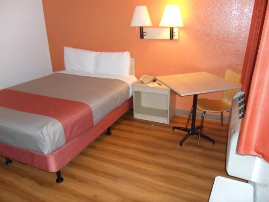 Motel 6 Pompano Beach: Bed and hard-wood floor look linoleum