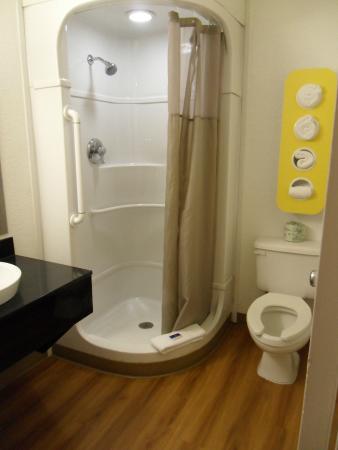 Motel 6 Pompano Beach: Remodeled bathroom, nice vessel sink