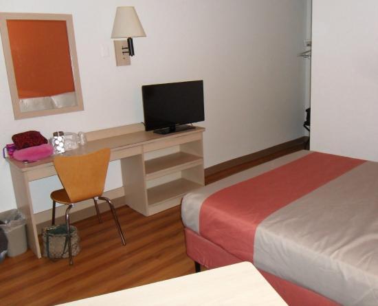 Motel 6 Pompano Beach: Desk,and nice flat panel TV