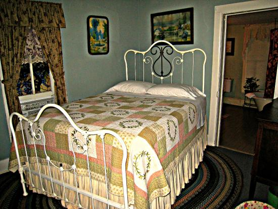 Wildflower Cottages: Bedroom in the Wildflower