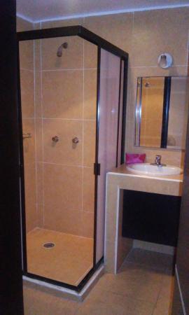 Baño muy funcional y limpio