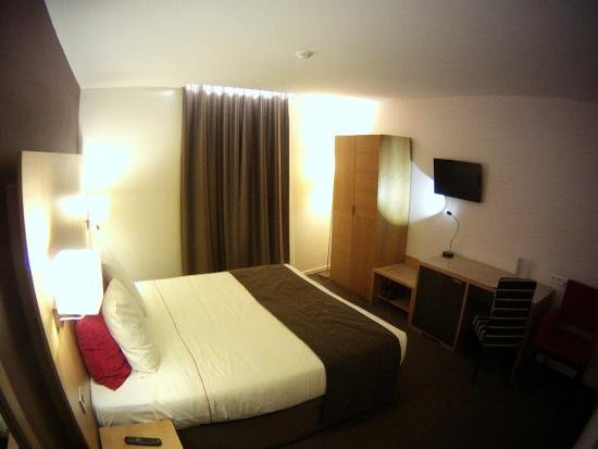 Husa de la Couronne: My room - it was small, but warm and comfortable - great bed