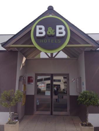 B&B Hotel Rennes Est Cesson Sevigne: Entrée de l'hôtel