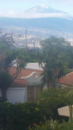 Jardin de La Paz: Casa marco met op de achtergrond puerto de la cruz en de teide