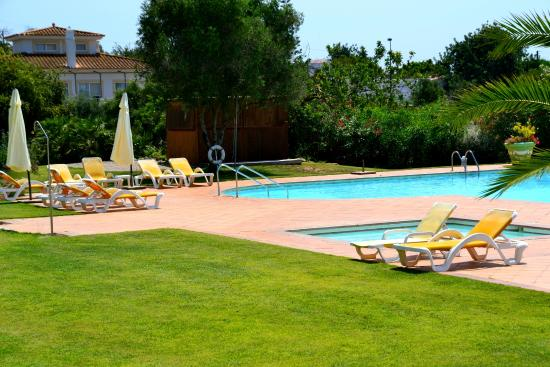 Colina Verde Aparthotel & Golf: Pool and lawns