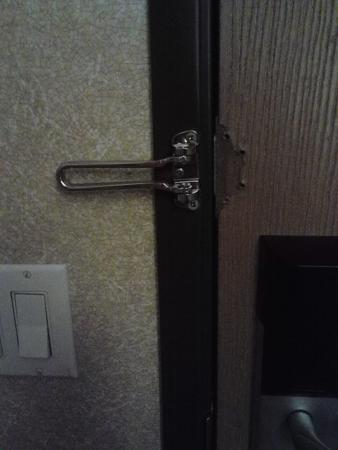 Comfort Inn & Suites North: broken latch