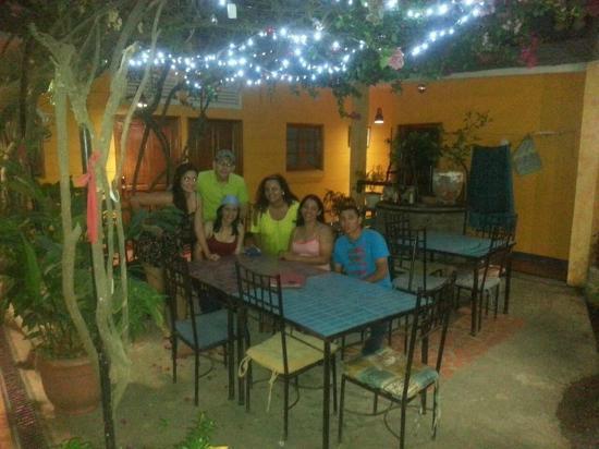 Hotel La Dolce Vita: esperando la cena en compañía de la dueña del lugar
