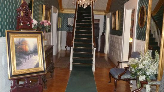 Allegiance Bed and Breakfast: Entry way with the main staircase.