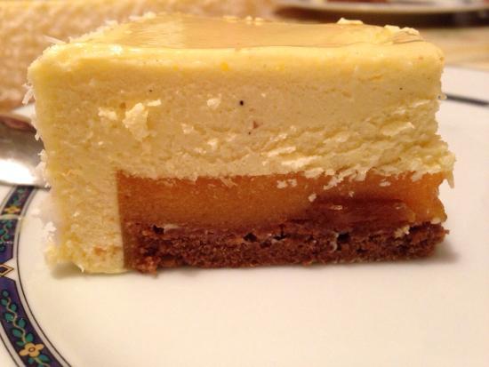 Pasticceria Battistini: Semifreddo al cioccolato bianco con gelée all'albicocca e base di biscotto