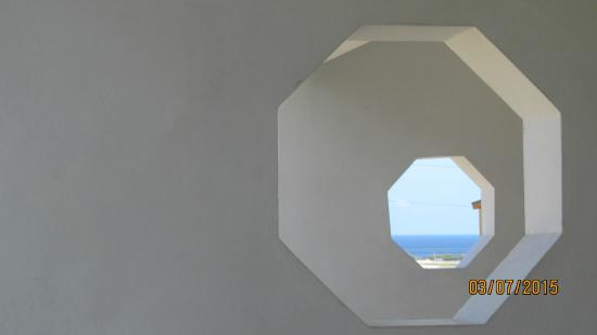 Ridgeway Guest House: Portholes to allow a view of ocean view for all rooms