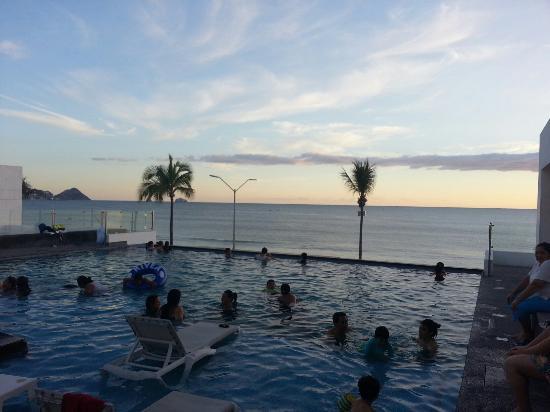 Coral Island Hotel and Spa: Alberca, vista al mar