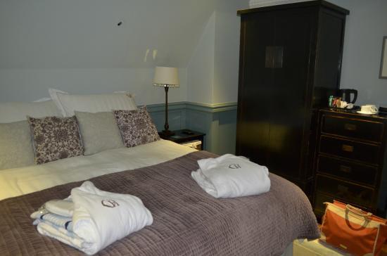 Corrie House B&B: Huge bed