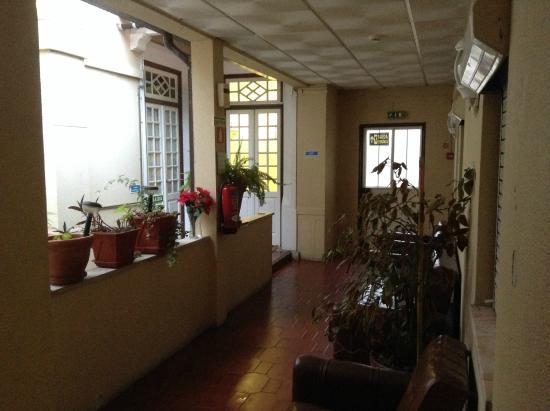 Alentejana Residencial: área comum exterior à saída dos quartos