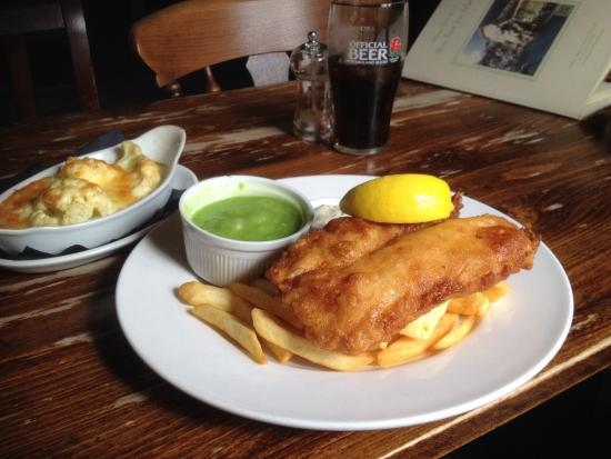 Odstock, UK: Pub fish and chips with great cauliflower cheese