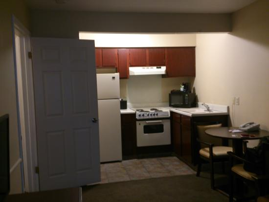 Red Lion Inn & Suites Cathedral City: Kitchenette w sitting area