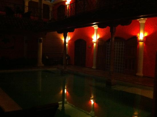 Hotel Casa del Consulado: Central alrea at night hope you can see the beauty