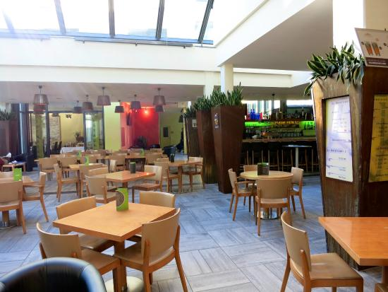 Hotel Berchtold : Die Lobby mit Barbereich und hinten links Frühstücksraum