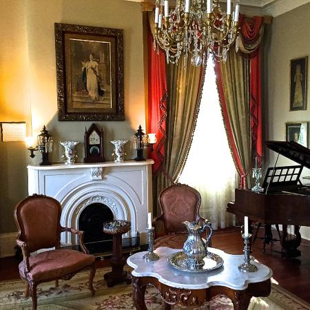 Anchuca Historic Mansion & Inn: Ladies parlor downstairs