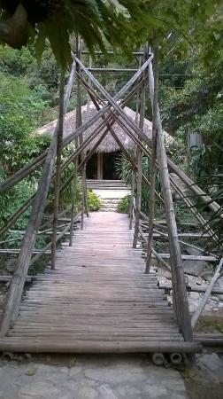 Talipanan Beach: ponte di bamboo