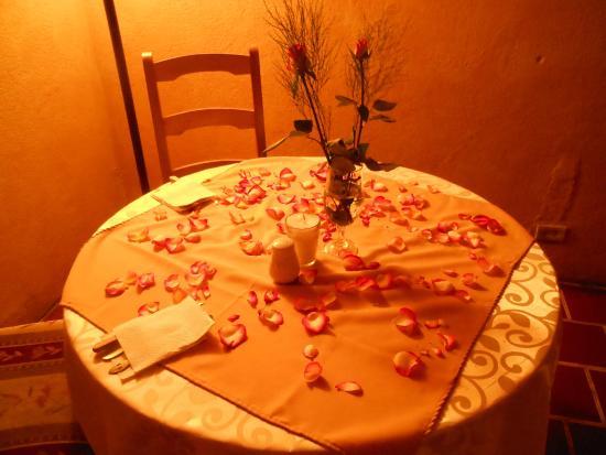 Restaurante El Papaturro: Valentine's Day - Rose petal Table