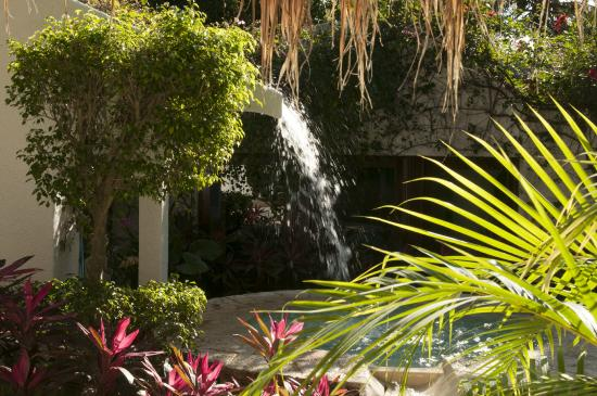 Amarte Hotel : fountains and pools grace the tranquil grounds