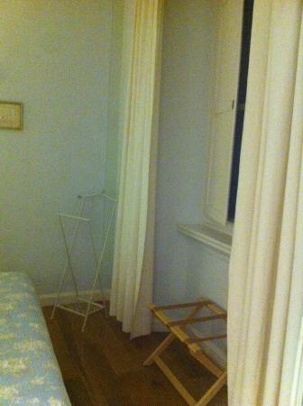 B&B di Piazza Vittorio: No almirahs or cabinets but a suitcase rack