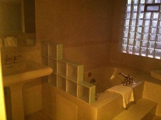BEST WESTERN Antlers: Jacuzzi Bathroom