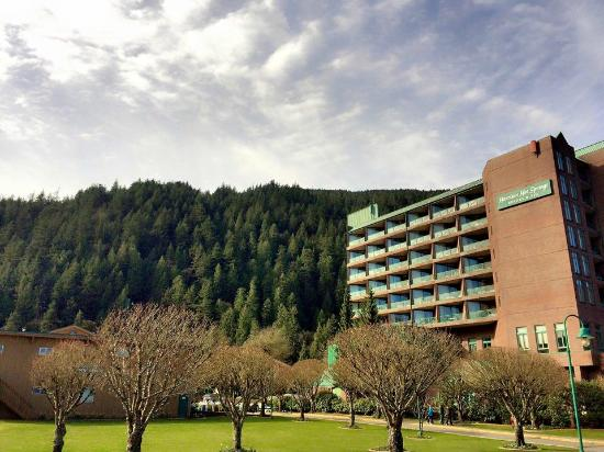 Harrison Hot Springs Resort & Spa: hotel outside view