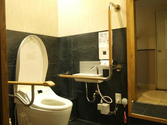 Kazusaya Hotel : バリアフリー対応トイレ有(フロント)